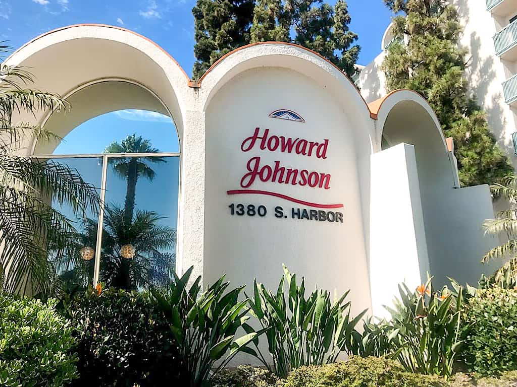 Main building of Howard Johnson Anaheim Hotel & Water Playground